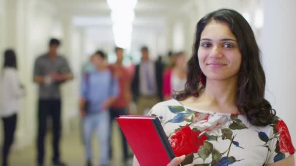 studentka indický stát v chodbě