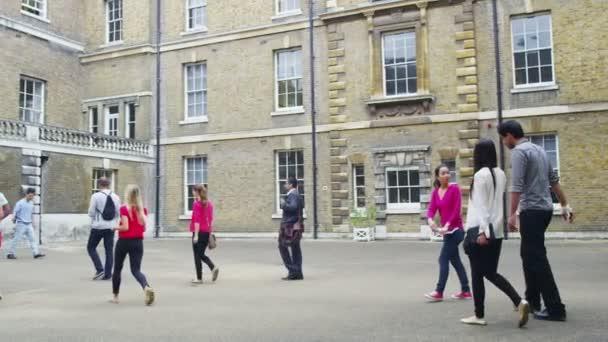 studenti a učitelé frézování mimo university a okolí