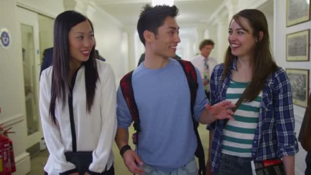 studenti chatování v chodbě