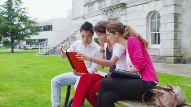 studentské přátel chatování spolu venku na koleji