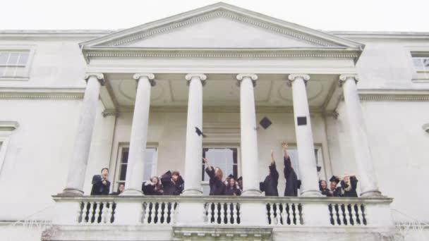 diák meg a diplomaszerzés nap dobja sapkák