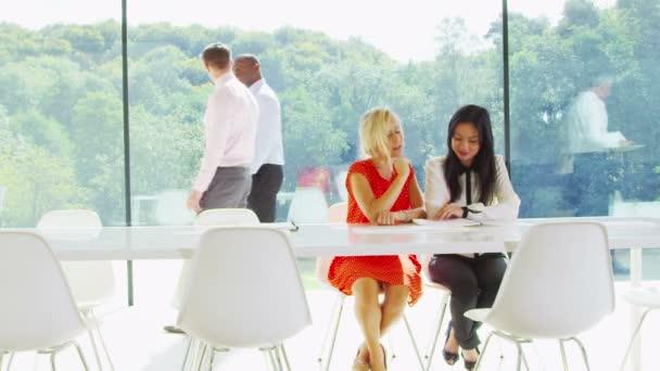 dvě obchodní žen v diskusi v kanceláři skla