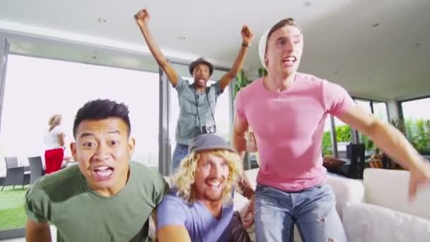 Freunde, Sport im Fernsehen anschauen