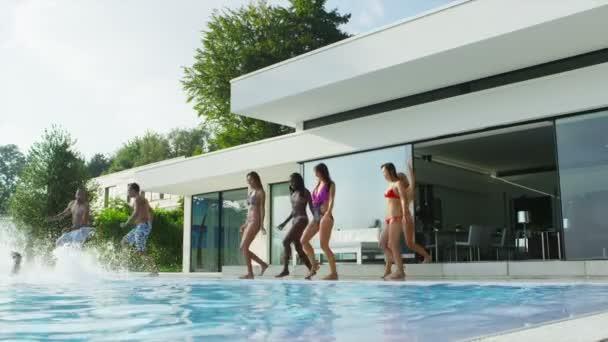 přátelé skákání a potápění v bazénu