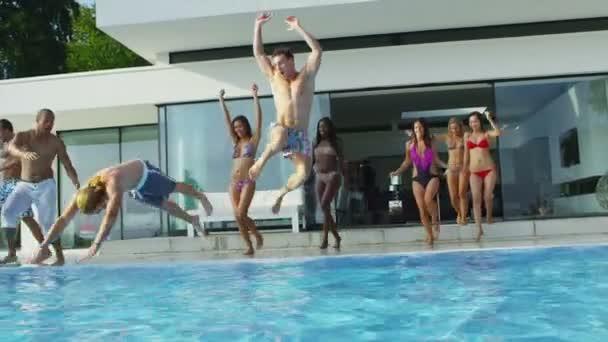 meg jumping és a búvárkodás a medencében