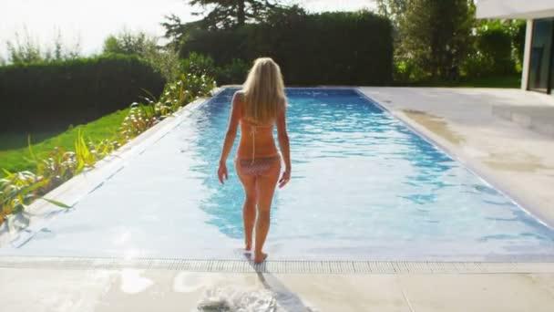 žena vyklouzne ze županu pro plavání
