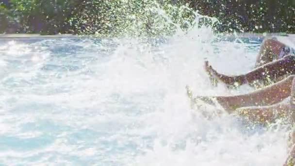 přátelé šplouchání a kopal nohama ve vodě