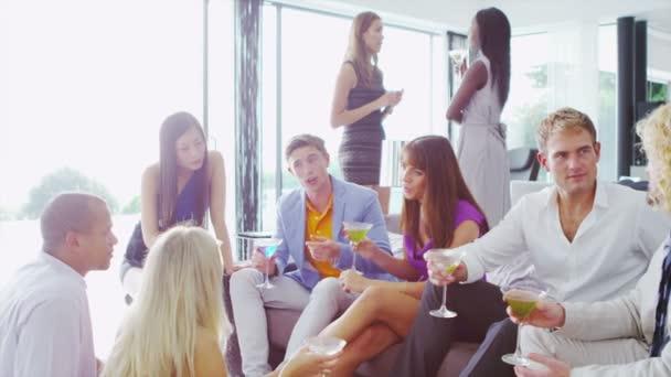 Freunde im Chat über cocktails