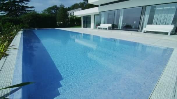 luxusní moderní domov s bazénem