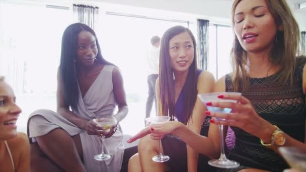 Freundinnen lachen  Cocktails genießen