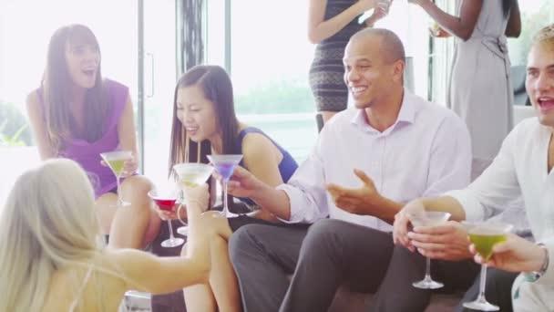 Mann am cocktail-Party mit Freunden