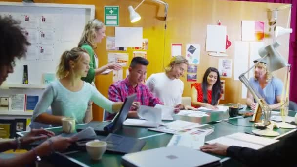 kreativní obchodní tým v neformální setkání