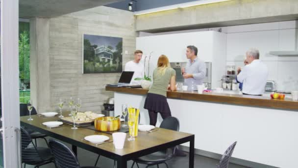 rodina  přátelé chatování a jíst v kuchyni