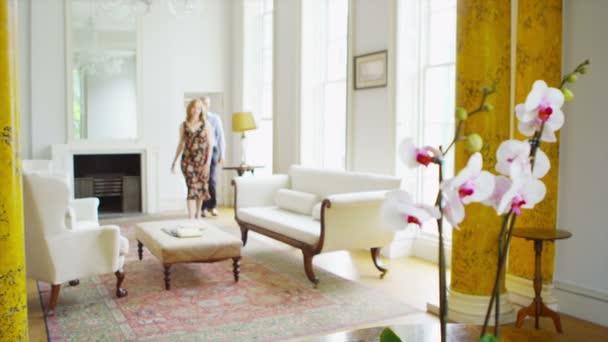 Coppia adulta rilassante in casa elegante