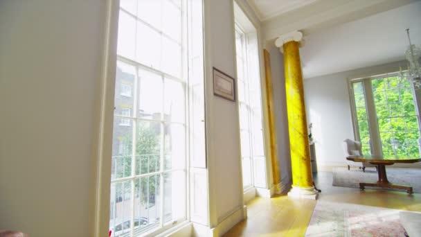 elegante soggiorno con ampie finestre
