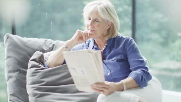 zralá žena čte noviny