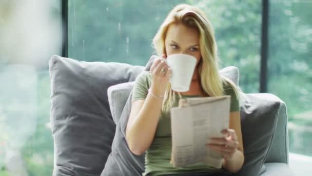 žena s noviny a káva