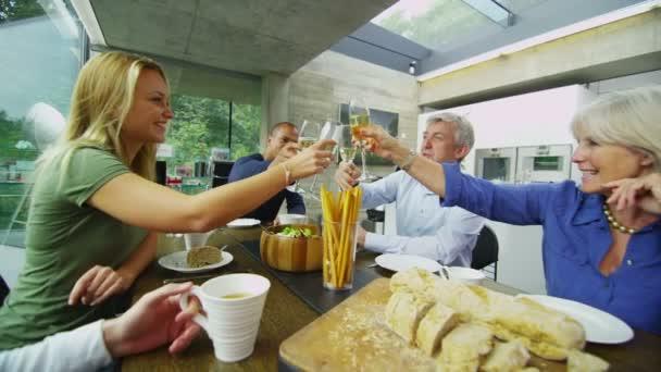 rodina  přátelé jídlo a pití vína