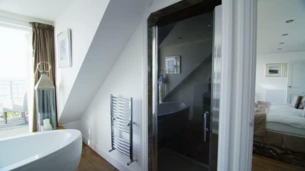 elegantní koupelna ve stylové plážové domácnosti