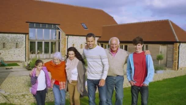 rodina stojící mimo venkovských domů