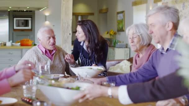 Rodinná skupina jíst oběd doma