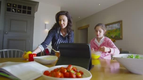 matka a dcera, příprava jídla
