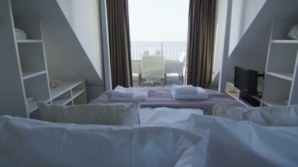 elegante camera da letto nella casa sulla spiaggia alla moda