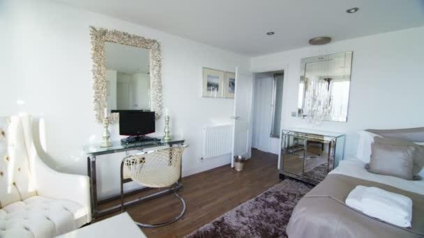 elegantes Schlafzimmer in stilvollen Haus — Stockvideo ...