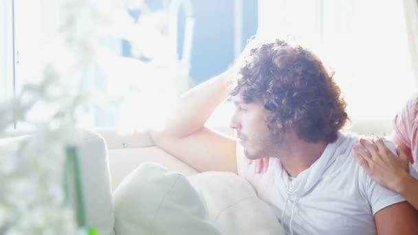 muž sedí a dívá se z okna