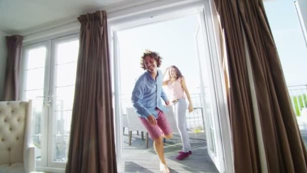 paar im Urlaub ausführen, auf dem Bett zu springen