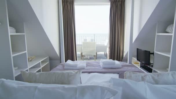 elegante slaapkamer in stijlvolle strand huis stockvideo
