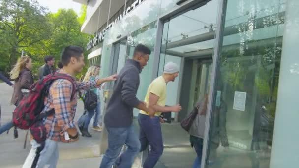 Studentská skupina vstupu do budovy školy
