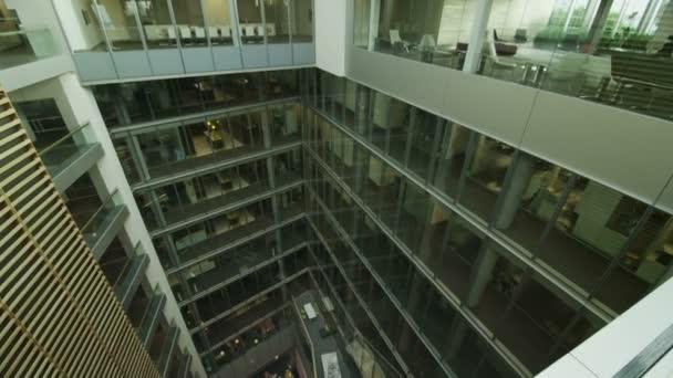 kancelářská budova s centrální atrium