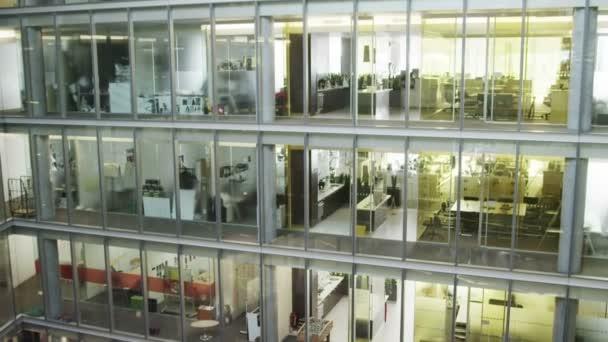 podnikatelé ve firemní budově