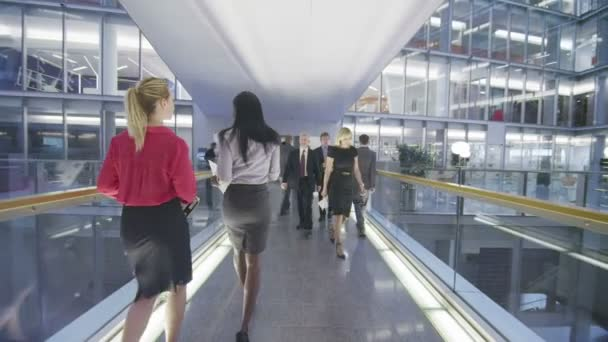obchodní skupina prochází jedno patro kancelářské budovy