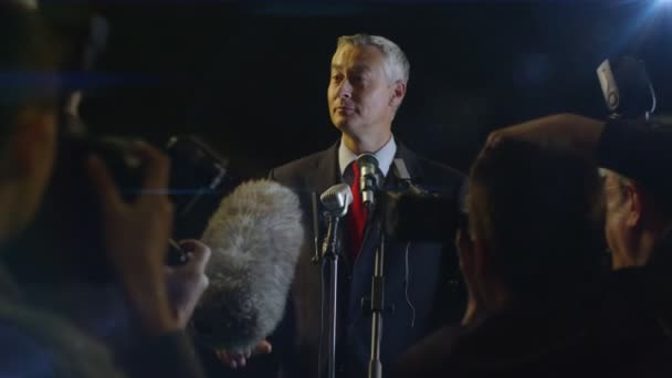 politik a státník na tiskové konferenci
