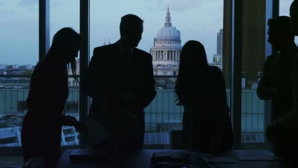 obchodní skupina silueta potřást rukou na konci setkání