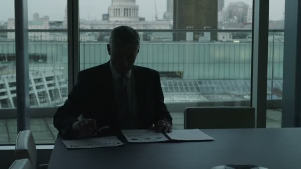 úspěšný podnikatel sám se svými myšlenkami v londýnské městské kanceláři