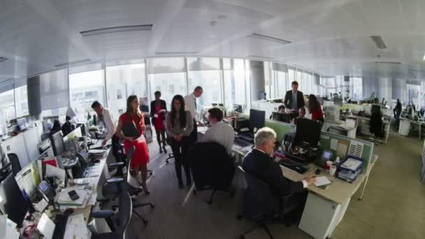 rozmanité obchodní skupina pracuje společně ve velké moderní městský úřad