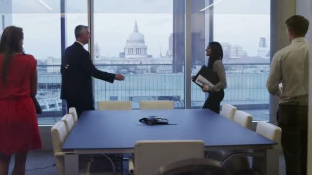 obchodní skupinu v siluetě sednout na schůzce v Londýně městský úřad