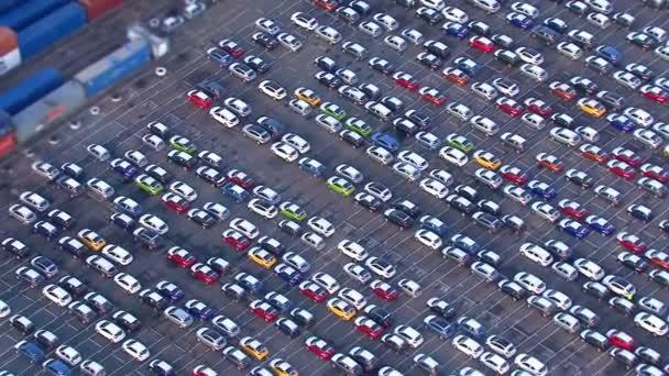 auta a kontejnery do londýnského přístavu