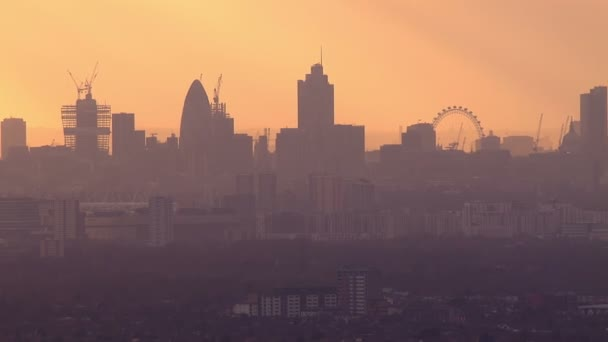 Veduta aerea dello skyline di Londra in una mattina dautunno nebbioso