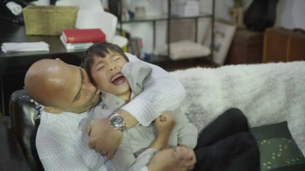 szerető apa csiklandozó fia