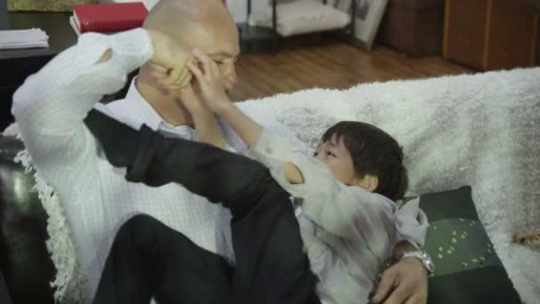 apa és fia csiklandozás