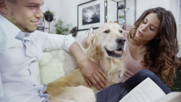 pár odpočinkem doma a mazlení pet pes