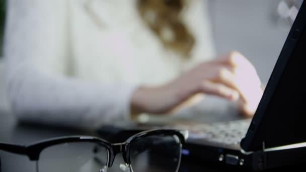 donna che lavora al computer di notte