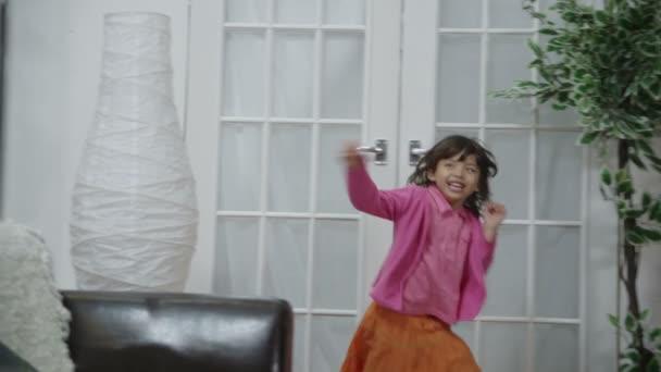 asijské šťastná rodina hrát chase