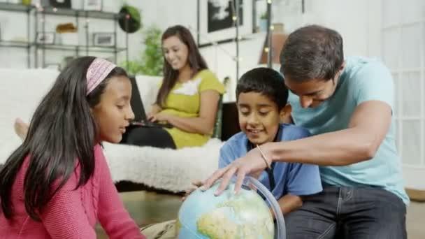 šťastná rodina trávit čas společně a učení doma