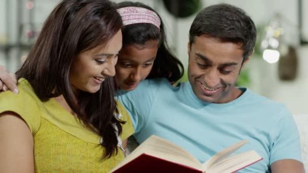 mor, far och dotter läser en bok tillsammans hemmamatka, otec a dcera čtení knihy společně doma