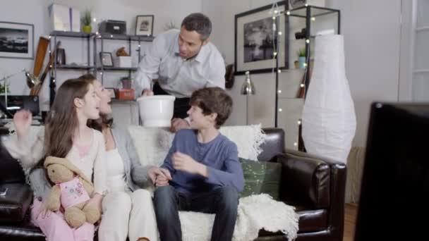 rodina jíst popcorn při sledování televize